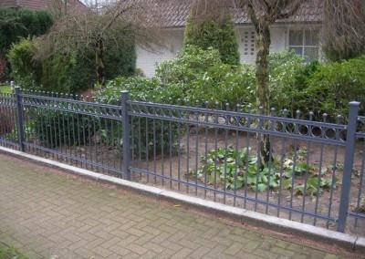 ogradjena basta sa ukrasnom ogradom