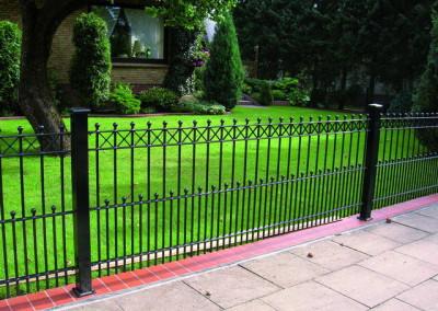 lepa ukrasna ograda crne boje