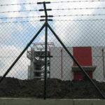 zicana ograda sa bodljikavom zicom